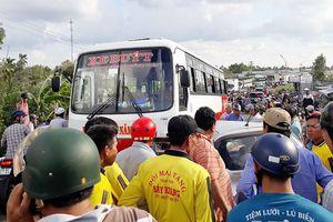 Kẹt xe nghiêm trọng do taxi và xe buýt đấu đầu