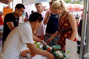 Du khách hào hứng với món ăn Nghệ An tại Liên hoan ẩm thực quốc tế