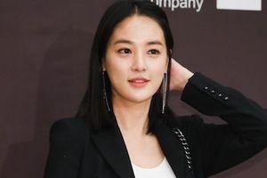 Đám cưới thành viên cùng nhóm, bạn gái G-Dragon nổi bật lấn át cô dâu