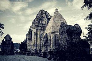 Tháp Ponagar cổ kính, huyền ảo