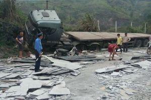 Hòa Bình: Xe rơ moóc chở đá xẻ bị lật, 2 người bị thương, QL6 tắc nghẽn hàng km