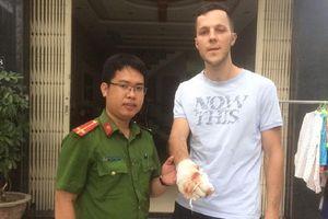 Người nước ngoài đập kính, cứu trẻ trong đám cháy