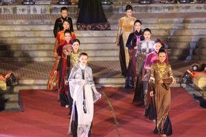 Hàng nghìn người chen chân xem lễ hội áo dài từ bên ngoài sân khấu