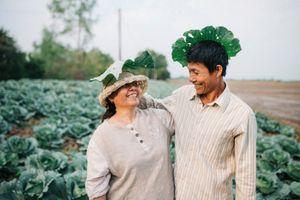 Chàng trai gây 'sốt' với bộ ảnh cha mẹ bên ruộng lúa, vườn bắp cải