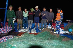 Hà Tĩnh: Bắt giữ 2 tàu khai thác tận diệt thủy sản