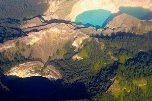 Hồ nước bí ẩn đổi màu từ xanh sang đỏ hoặc đen