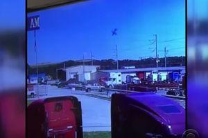 Khoảnh khắc kinh hoàng máy bay quân sự Mỹ lao xuống đường cao tốc