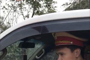 Lái xe thoát chết trong gang tấc nhờ sự giúp đỡ từ CSGT Hà Nội
