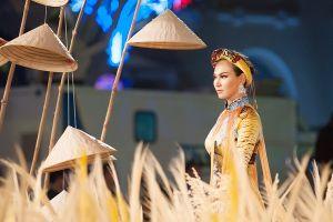 Trương Hải Vân duyên dáng trình diễn áo dài trên phố đi bộ Sài Gòn