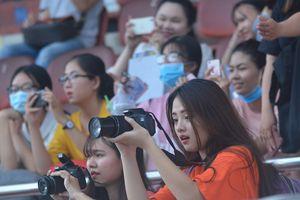 Fan nữ dùng máy ảnh 'săn' sao U23 Việt Nam