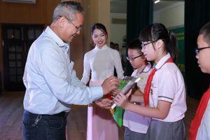 Hai thí sinh cùng có thành tích cao nhất cuộc thi Olympic Tiếng Anh tiểu học
