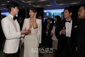Hậu Baeksang, Kim Sun Ah khoe ảnh hở bạo vòng một cùng Park Seo Joon và Jang Hyuk