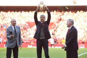 'Giáo sư' Wenger nâng cúp vàng trong ngày chia tay sân Emirates