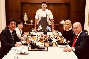 Đầu bếp Israel bị chê 'ngu xuẩn' vì bày món ăn trong giày để mời thủ tướng Nhật