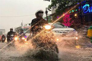 Đường Sài Gòn lại thành sông trong cơn mưa lớn nhất tuần