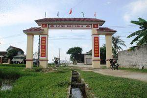 Chuyện lạ ở Hà Tĩnh: Xây cổng làng trên... ruộng lúa, kênh nước
