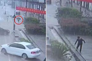 Bỏ lại ô tô trong mưa bão, người đàn ông cứu sống cậu bé bị nước cuốn trôi vào ống cống