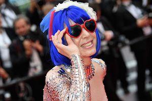 Nữ ca sĩ vô danh liên tục tạo dáng quá lố trên thảm đỏ Cannes