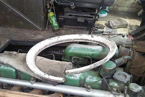 Xe bồn nổ lốp, bánh mâm văng lên cabin xe khách