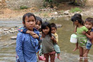 Hình ảnh cảm động của nhóm học sinh cõng em, lội suối đến trường
