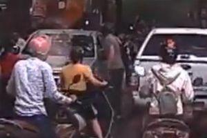 Clip: Ô tô bị đấm vỡ kính vì đi vào đường cấm ở Hà Nội