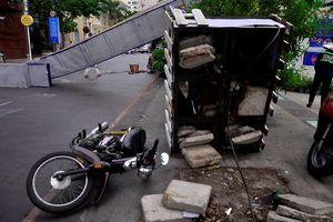 Cổng chào phố đi bộ Nguyễn Huệ đổ sập, đè 1 người đi đường nhập viện