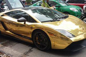 Dân Hà Nội mang xô, chậu chữa cháy siêu xe Lamborghini 'bọc vàng'