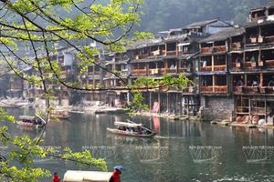 Phượng Hoàng: Cổ trấn mang ký ức thời gian nổi tiếng Trung Quốc