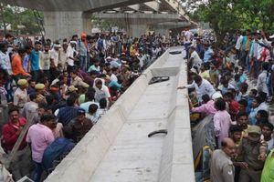 Cầu vượt Ấn Độ đổ sập xuống đường, 18 người thiệt mạng