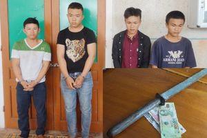 Hà Tĩnh: Bắt nhóm thanh niên cầm kiếm chặn xe ô tô để cướp tiền