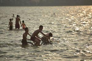 Nắng nóng đỉnh điểm, người Hà Nội ngâm mình dưới 'biển' giữa thành phố