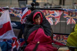 Người dân ngủ ngoài đường, ngóng chờ đám cưới Hoàng gia Anh