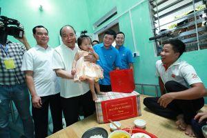 Thủ tướng Nguyễn Xuân Phúc đến thăm nhà trọ của công nhân lao động