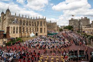 Hàng nghìn người đổ về lâu đài trước giờ đám cưới Hoàng tử Anh