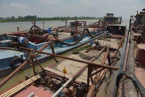 Cảnh sát mật phục bắt giữ 4 tàu cát tặc trong đêm