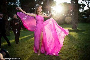Alessandra Ambrosio đẹp sững sờ với khoảnh khắc hất váy tại Cannes