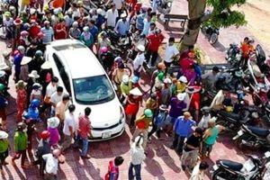Bình Định: Hàng trăm người dân vây đôi nam nữ đi ôtô nghi bắt cóc trẻ em