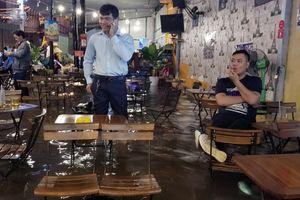 Nước nổi lềnh bềnh, người Sài Gòn khốn đốn dọn đồ 'chạy ngập' cả đêm