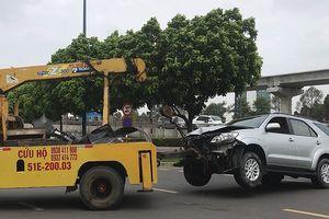 Tông nhiều xe máy dừng đèn đỏ, tài xế cố thủ trong ô tô