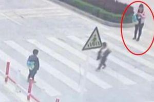 Clip mẹ mải xem điện thoại, cậu bé bị ôtô đâm khi băng qua đường