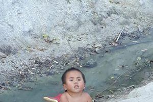 Sau 5 tháng tìm thấy 'nhà', hình ảnh em bé Mường Lát quỳ lết dưới nền đất trắng xóa khiến nhiều người chết lặng