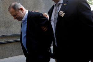 Harvey Weinstein bị còng tay khi hầu tòa vì cáo buộc cưỡng hiếp