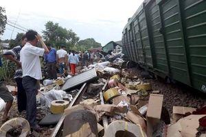 Hàng hóa văng ra ngoài khi 2 đoàn tàu tông nhau ở Quảng Nam