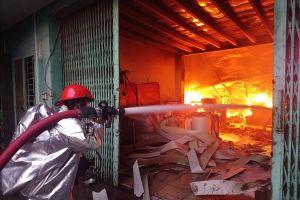 Cháy công ty khăn lạnh, xưởng nhựa bị vạ lây