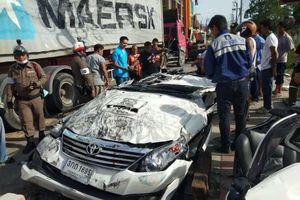 Toyota Fortuner bị đè bẹp, tài xế sống sót thần kỳ