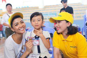 Nam A Bank tặng máy trợ thính cho người nghèo