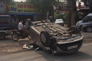 Hà Nội: Xe ôtô lấn làn gây tai nạn nằm 'phơi bụng' giữa đường