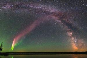 Bí ẩn ánh sáng tím bất thường xuất hiện trên bầu trời đã được giải mã