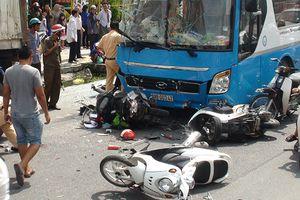 Xe khách húc container, tông hàng loạt xe máy làm 10 người bị thương
