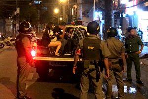 Trăm cảnh sát bao vây nhà hàng có tiếp viên khiêu dâm ở Sài Gòn